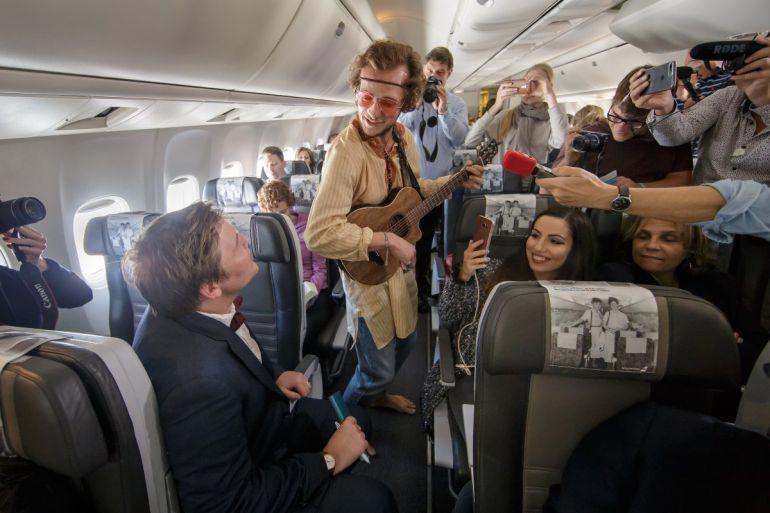 Los pasajeros del vuelo de Icelandair disfrutan de la representación.