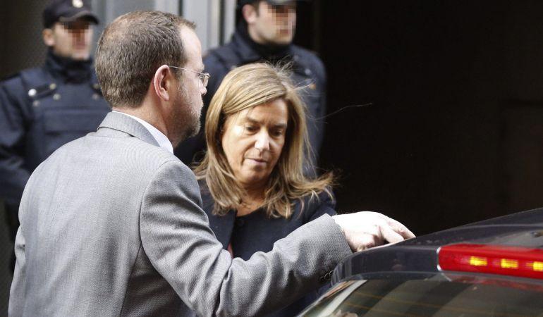La exministra de Sanidad Ana Mato, a su salida de la Audiencia Nacional el 13 de marzo de 2015, tras ir a recoger el auto de apertura de juicio oral de la trama Gürtel.