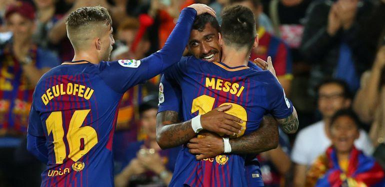 Los jugadores del Barcelona felicitan a Paulinho por su gol.