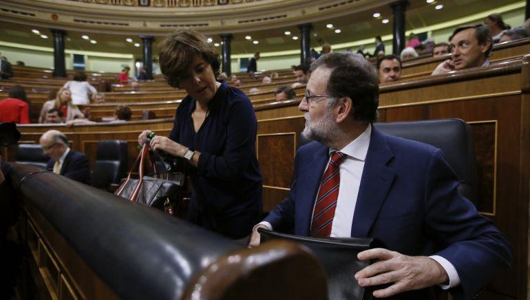 El presidente del Gobierno, Mariano Rajoy, junto a la vicepresidenta, Soraya Sáenz de Santamaría, al inicio de la sesión de control al Ejecutivo.