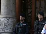 Agentes de la Guardia Civil y de los Mossos d'Esquadra en la puerta de la consellería de Economía