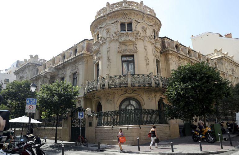 Vista tomada de la fachada de la Sociedad General de Autores Españoles (SGAE) que debate en una junta extraordinaria la moción de censura contra su presidente, José Miguel Fernández Sastrón