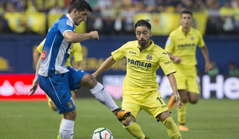 Gerard Moreno y Jaume Costa pugnan por llevarse la pelota