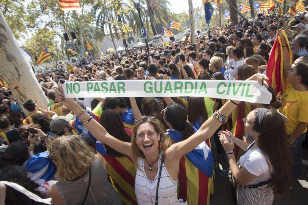 Centenares de personas, convocadas por ANC y Òmnium, se concentran ante el Tribunal Superior de Justicia de Cataluña (TSJC)