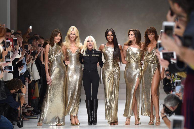 Carla Bruni, Claudia Schiffer, Naomi Campbell, Cindy Crawford, Helena Christensen y Donatella Versace durante el pase de Versace en la Milan Fashion Week