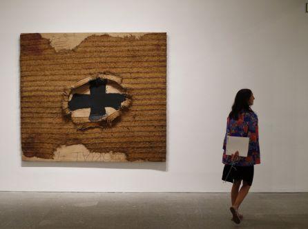 'Estora' (1994), pintura y collage sobre madera del artista barcelonés Antoni Tàpies