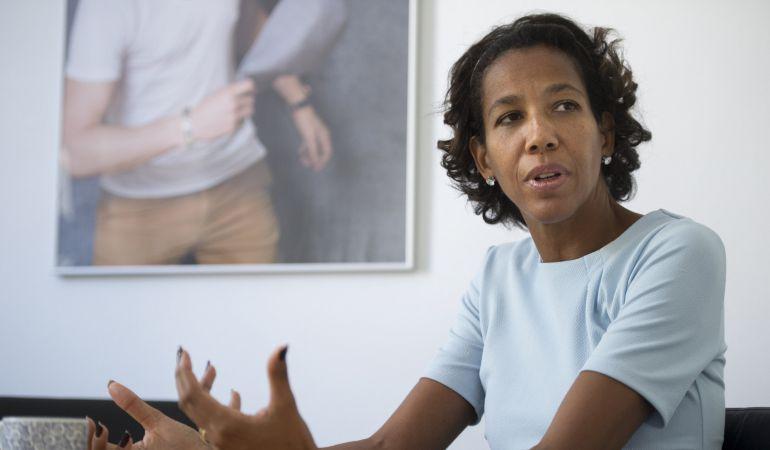 La escritora alemana Jennifer Teege durante una entrevista con motivo de la publicación de su obra 'Mi abuelo me habría pegado un tiro'.