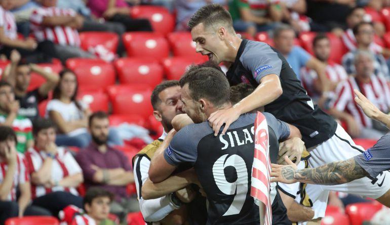 Los jugadores del Zorya celebran su gol en San Mamés