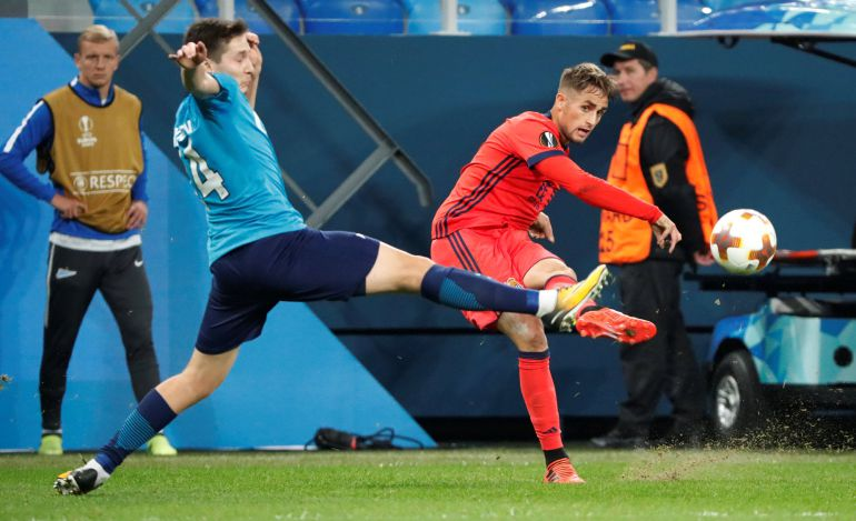Daler Kuzyaev bloquea el lanzamiento del jugador de la Real Sociedad
