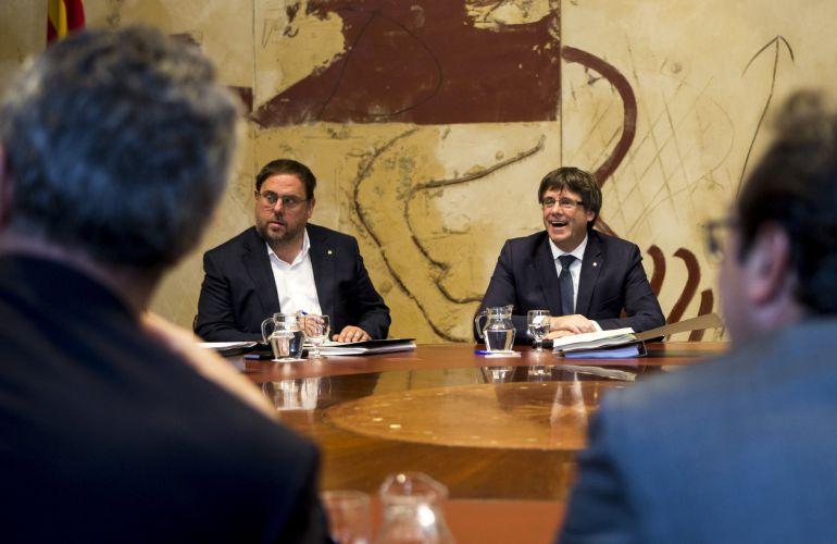 El presidente de la Generalitat, Carles Puigdemont, y su vicepresidente, Oriol Junqueras