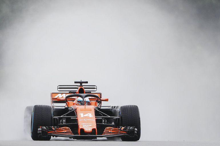Fernando Alonso participa en la primera sesión de entrenamientos libres del circuito de Sepang.