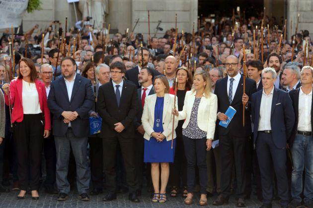 Puigdemont y Colau reciben en la Generalitat a los más de 700 alcaldes imputados por la fiscalía.