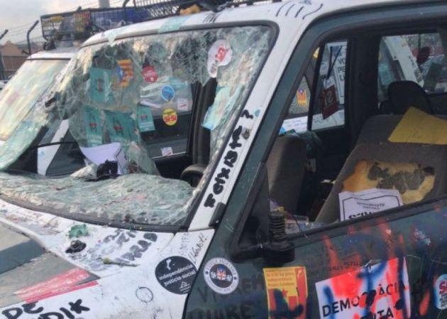 Los coches de los agentes de la Guardia Civil han quedado destrozado.