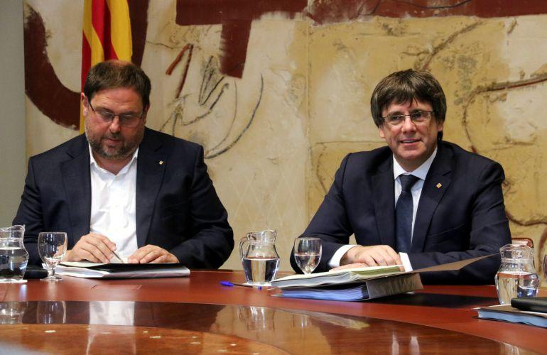 El vicepresident del Govern y conseller d'Economia, Oriol Junqueras, junto al president de la Generalitat, Carles Puigdemont.