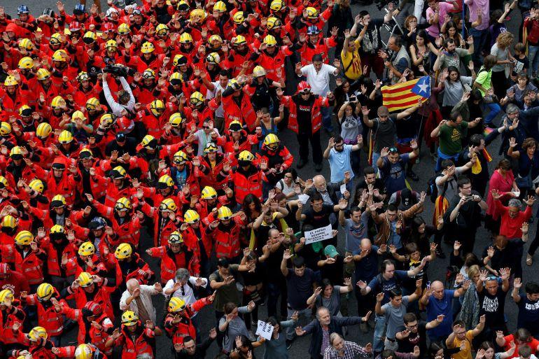 Numerosos manifestantes se han concentrado ante la delegación del Gobierno en la que ha tomado un protagonismo especial un grupo numeroso de bomberos de Barcelona uniformados que ha secundando la jornada de paro