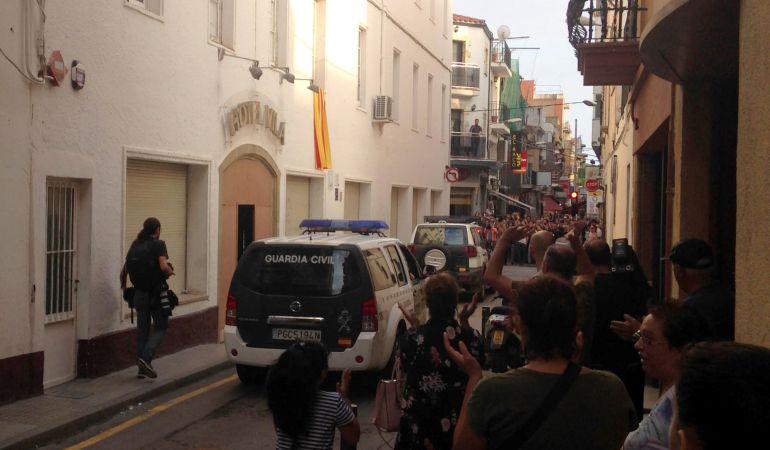 La Guardia Civil abandonando un hotel en Calella.