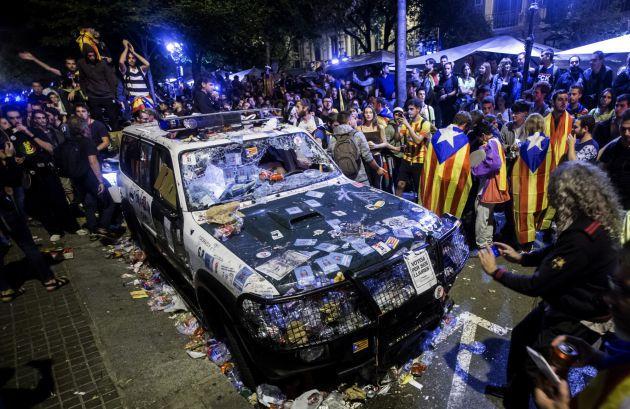 FOTOGALERÍA | Uno de los tres coches de la Guardia Civil que los manifestantes destrozaron ante la Consellería de Hacienda.