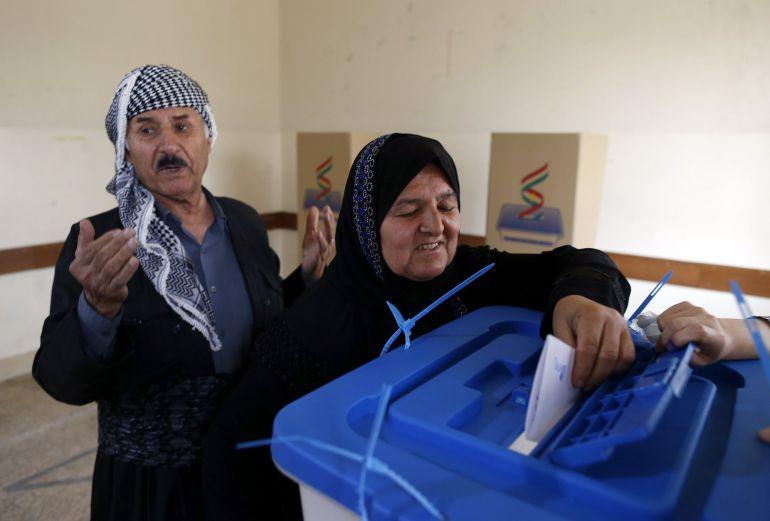Una mujer kurda vota en el referéndum de independencia en un centro electoral en Erbil, en la región autónoma del Kurdistán iraquí,