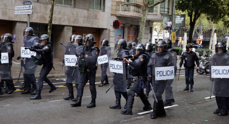 Agentes de Policía durante los disturbios del 1-O