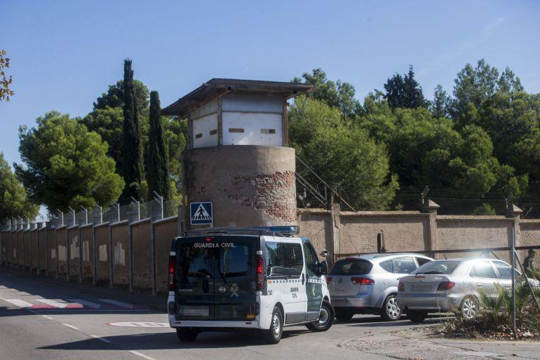 Una furgoneta de la Guardia Civil entra en el Cuartel Santa Eulalia de Sant Boi donde Defensa envió material logístico por si se tuviera que alojar allí a los agentes de refuerzo en Cataluña.