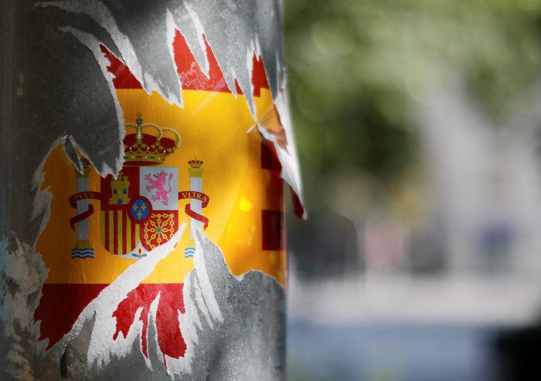 Una bandera española rota en una calle de Barcelona