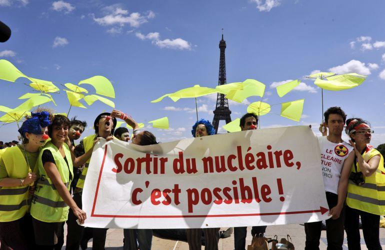 Fotografía de archivo tomada el 25 de junio de 2011 que muestra a activistas de Campaña Internacional para Abolición Armas Nucleares.