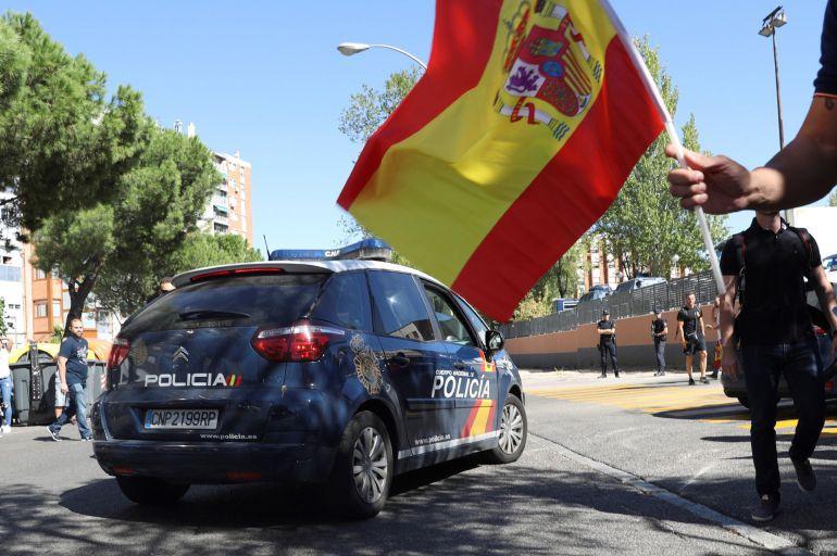 Los sindicatos policiales han convocado una concentración ante la comisaría de Moratalaz (Madrid) en apoyo a la situación de sus compañeros desplegados en Cataluña