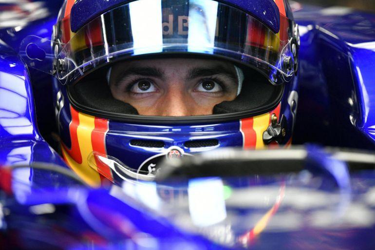 Vista del piloto español de Fórmula Uno Carlos Sainz, de la escudería Toro Rosso, sentado en su coche.