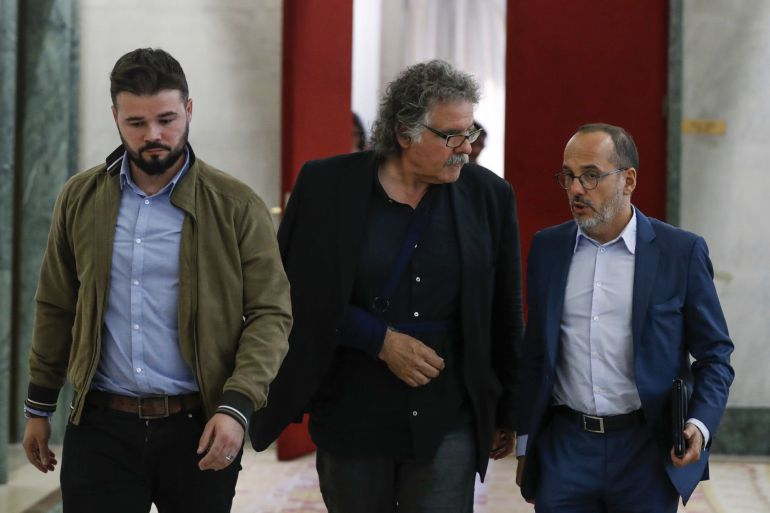 Los portavoces de ERC, Gabriel Rufián (i), y Joan Tardà (c), y el portavoz del PDeCAT, Carles Campuzano, tras asistir en el Congreso a la reunión convocada por Podemos