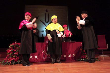 El rector de la universidad de Lleida, Roberto Fernández, (a la derecha) durante el acto de investidura del expresidente de la Generalitat Jordi Pujol como doctor honoris causa en 2011.