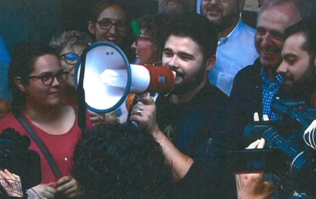 Rufián animando a la multitud