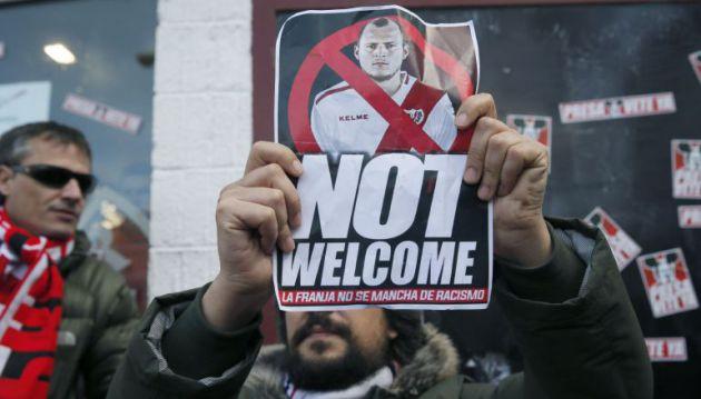 Hinchas protestan contra el fichaje de Zozulya