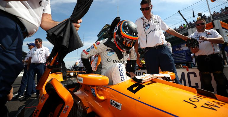 Fernando Alonso se sube al monoplaza con el que participó en Indianápolis.