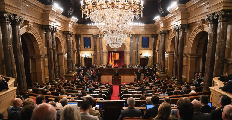 Carles Puigdemont habla en el parlamento catalán.