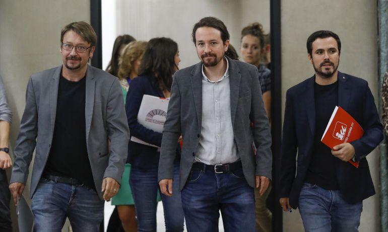 El secretario general de Podemos, Pablo Iglesias (c), el coordinador federal de IU, Alberto Garzón (d), y el portavoz de En Comù Podem en el Congreso, Xavier Domènech, en una foto de archivo