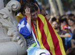 """CAT01. BARCELONA, 10/10/2017.- Una mujer asiste a la concentración convocada esta tarde en las inmediaciones del Parlamento de Cataluña, para seguir a través de una gran pantalla la comparecencia del presidente de la Generalitat, Carles Puigdemont, en la que ha afirmado hoy que asume el """"mandato del pueblo"""" para que """"Cataluña se convierta en un estado independiente en forma de república"""", pero seguidamente ha propuesto """"suspender los efectos de la declaración de independencia"""" para abrir la puerta al diálogo. EFE/Jose Coelho"""