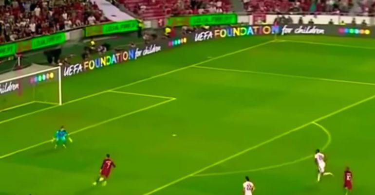 Cristiano Ronaldo encara al portero de Suiza en una ocasión que terminó malogrando
