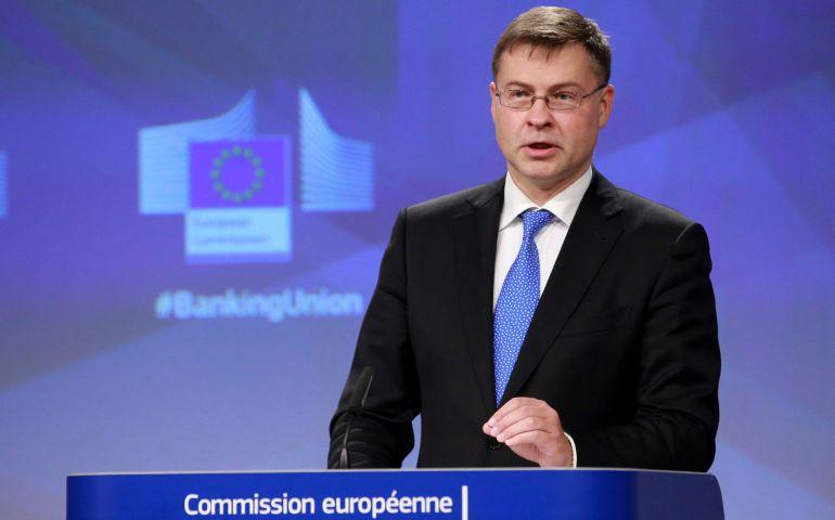 El vicepresidente de la Comisión Europea (CE) para el Euro y el Diálogo Social, Valdis Dombrovskis, da una rueda de prensa para presentar los próximos pasos para completar la Unión Bancaria, en Bruselas (Bélgica) hoy, 11 de octubre de 2017.