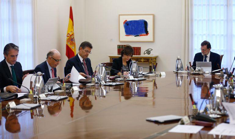 Vista general de la reunión extraordinaria del Consejo de Ministros que estudia las medidas de respuesta del Estado a la declaración y posterior suspensión temporal de independencia de Cataluña
