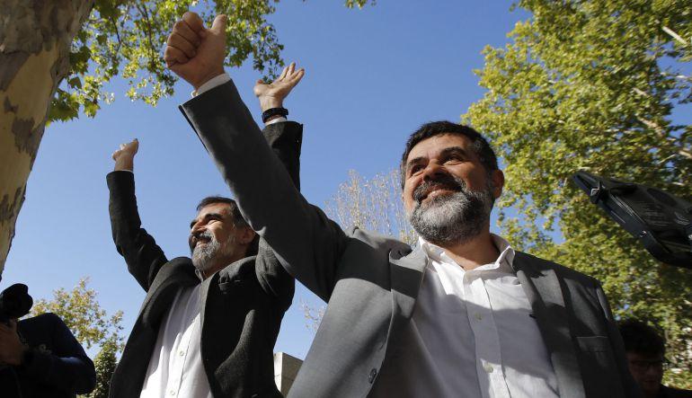 Los presidentes de la Asamblea Nacional Catalana, Jordi Sànchez (d), y de Òmnium Cultural, Jordi Cuixart (i), a su salida de la Audiencia Nacional tras declarar ante la jueza Carmen Lamela