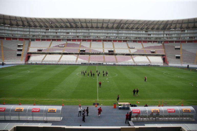 Jugadores de la selección peruana entrenan en el Estadio Nacional de Lima