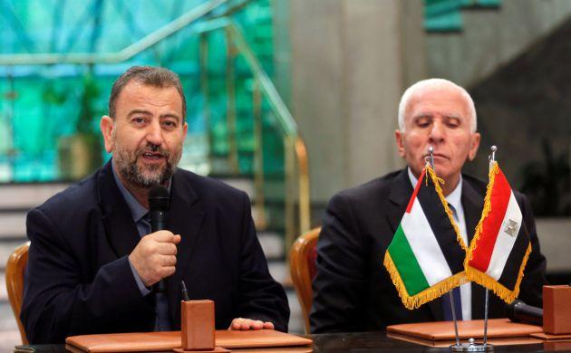 El líder de la delegación de Hamás, Saleh Arouri, durante la conferencia junto al líder de Fatah, Azzam Ahmad, en El Cairo
