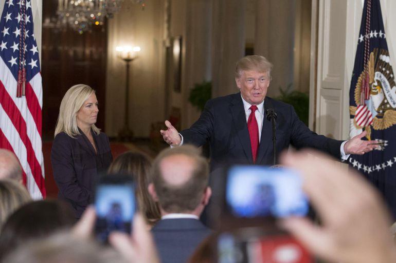El presidente de los Estados Unidos, Donald J. Trump (d), anuncia a Kirstjen Nielsen (i) como su nominada para el puesto de Secretaria de Seguridad Nacional, en la Sala Este de la Casa Blanca en Washington