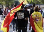 GRA031. MADRID, 12/10/2017.- Dos personas portan la bandera española antes del inicio del desfile del Día de la Fiesta Nacional, al que asiste el Gobierno en pleno y la mayoría de líderes políticos. El acto consistirá en un homenaje a los caídos y un desfile terrestre y aéreo por el paseo de la Castellana, en el que participarán unos 3.900 efectivos, entre militares de los tres Ejércitos, guardias civiles, policías y Guardia Real, 84 vehículos y 78 aeronaves. EFE/Mariscal