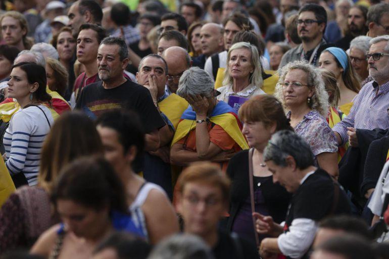 Vista de la concentración convocada en las inmediaciones del Parlamento de Cataluña, para seguir a través de una gran pantalla la comparecencia del presidente de la Generalitat