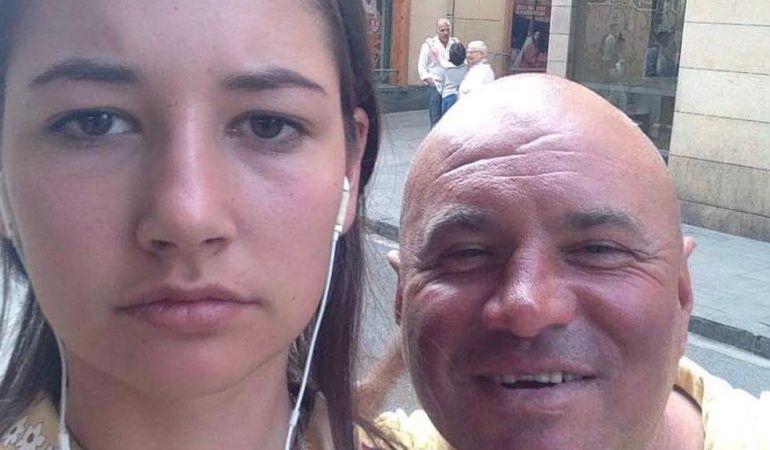 La joven, junto a uno de sus acosadores.