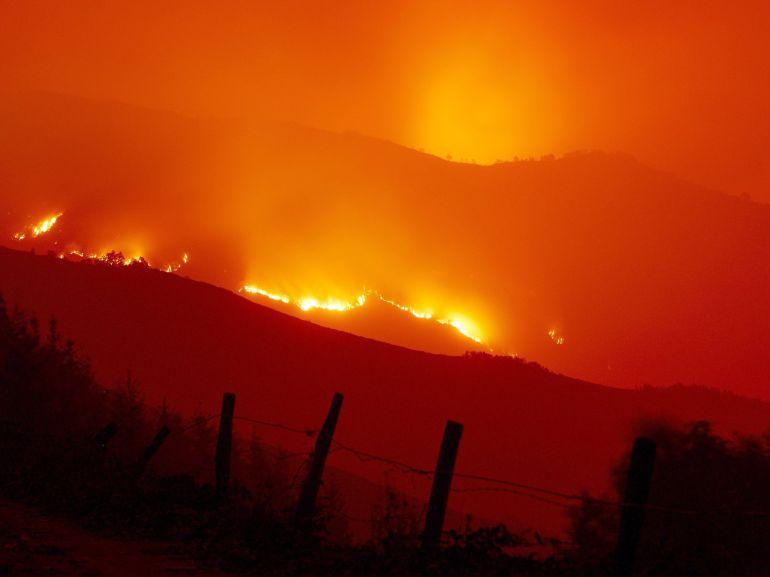 Llamas del incendio forestal que ha afectado a la zona de la Reserva Natural de los Ancares, situada en Galicia, y que se ha agravado por una prolongada sequía.