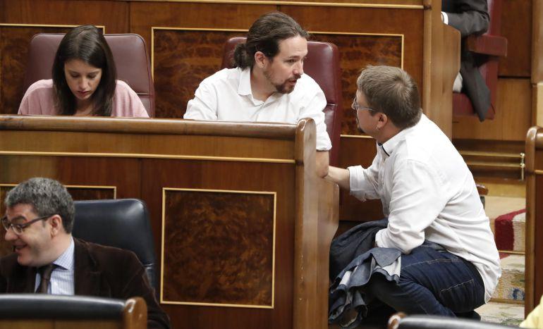 El líder de Podemos, Pablo Iglesias, conversa con el portavoz de En Comú Podem, Xavier Domènech, durante la sesión de control al Ejecutivo hoy en el Congreso.