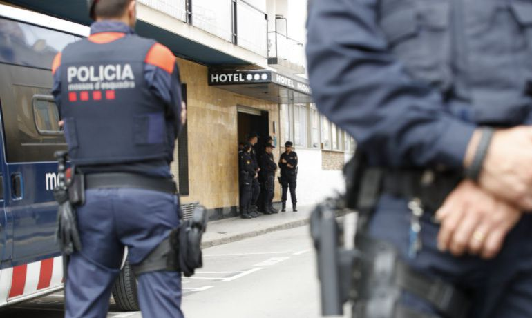 Miembros de los Mossos d'Esquadra custodian los hoteles donde se hospedan los policías nacionales desplazados a Cataluña ante las concentraciones convocadas frente a los establecimientos para protestar por las cargas del 1-O.