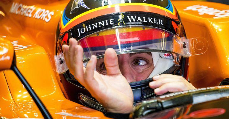 Fernando Alonso, en el box de McLaren en Austin
